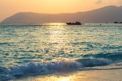 Os barcos de pesca amarram no por do sol imagens de stock
