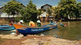 Os barcos de pesca amarraram no banco de rio em Cilacap, Java, Indonésia video estoque