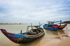 Os barcos de pesca ancorados perto do beira-mar Imagens de Stock