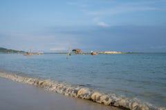 Os barcos de pesca asiáticos tradicionais da cauda longa amarraram no bea de Kao do golpe imagens de stock royalty free