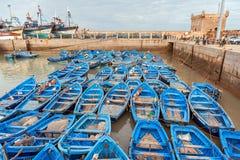 Os barcos de pesca azuis em Sqala du Porta abrigam Imagem de Stock Royalty Free