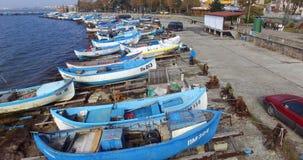 Os barcos de pesca azuis estacionaram em Pomorie, Bulgária fotos de stock