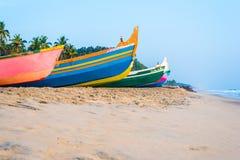 Os barcos de pesca coloridos (Índia) ficam em terra Imagem de Stock