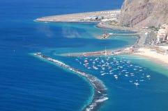 Os barcos de pesca coloridos em Teresitas encalham em Tenerife Fotos de Stock Royalty Free