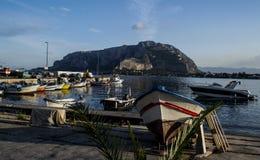 Os barcos de pesca coloridos iluminaram-se pelo sol de ajuste Fotos de Stock Royalty Free