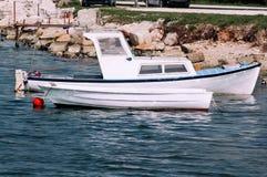 Os barcos de pesca comercial pequenos entraram ao longo da costa do mar fotos de stock