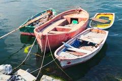 Os barcos de pesca de madeira pequenos velhos amarraram no porto Fotografia de Stock Royalty Free