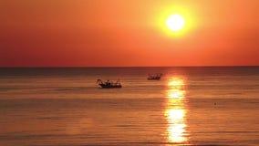 Os barcos de pesca do lapso de tempo puxam suas redes no nascer do sol Custo adriático Emilia Romagna Italy video estoque