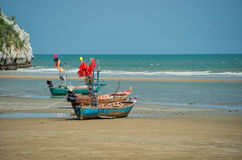Barcos de pesca tailandeses na maré baixa Fotografia de Stock