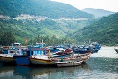 Os barcos de pesca em Vinh Hy latem, Vietname Fotografia de Stock Royalty Free
