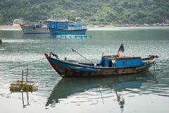 Os barcos de pesca em Vinh Hy latem, Vietname Fotografia de Stock