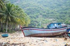 Os barcos de pesca em Vinh Hy latem, Vietname Fotos de Stock Royalty Free