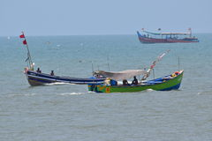Os barcos de pesca espreitam sobre Foto de Stock Royalty Free
