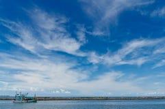 Os barcos de pesca estão em terra. Imagem de Stock