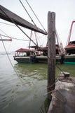 Os barcos de pesca estão no cais no porto de pesca em Macau. fotos de stock