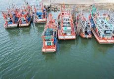 Os barcos de pesca estão no porto para transportar peixes do barco ao mercado Fotografia de Stock Royalty Free