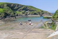 Os barcos de pesca levantaram na praia de Isaac do porto, Cornualha, Reino Unido Fotografia de Stock