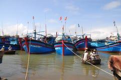 Os barcos de pesca locais estão amarrando no porto de Tuy Hoa imagem de stock