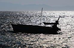 Os barcos de pesca mostram em silhueta no Mar Vermelho foto de stock