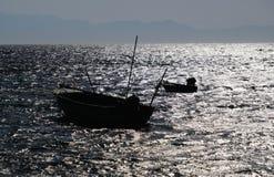 Os barcos de pesca mostram em silhueta no Mar Vermelho imagem de stock royalty free