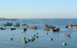 Os barcos de pesca no dia ensolarado em Mui Ne latem, Phan Thiet, Vietname Imagens de Stock