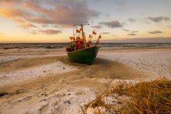 Os barcos de pesca no mar encalham durante o por do sol Fotos de Stock Royalty Free