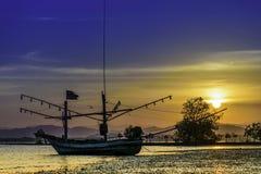 Os barcos de pesca no por do sol Foto de Stock Royalty Free