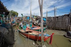 Os barcos de pesca pequenos tailandeses entraram na aldeia piscatória no dia t Imagens de Stock Royalty Free