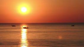 Os barcos de pesca puxam suas redes no nascer do sol Custo adriático Emilia Romagna Italy video estoque