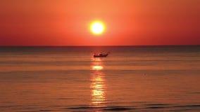 Os barcos de pesca puxam suas redes no nascer do sol Custo adriático Emilia Romagna Italy vídeos de arquivo