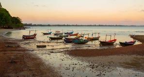 Os barcos de pesca tailandeses da vila estacionam na praia fotografia de stock