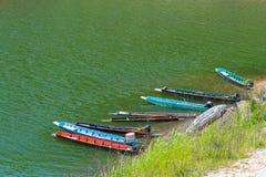 Os barcos de pesca tailandeses entram perto da costa do reservoi da represa de Sirikitti Fotos de Stock