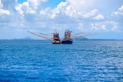 Os barcos de pesca tailandeses estão flutuando no mar Imagem de Stock