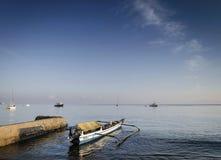 Os barcos de pesca tradicionais em dili encalham no leste de Timor-Leste Imagem de Stock