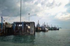 Os barcos de pesca velhos amarraram em um porto no cais Fotografia de Stock