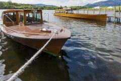 Os barcos de prazer amarraram ao molhe na água de Derwent, Keswick Imagens de Stock