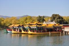 Os barcos de prazer com dragão dirigem no palácio de verão Foto de Stock