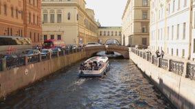 Os barcos de prazer com turistas nadam ao longo do canal em St Petersburg vídeos de arquivo