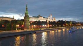 Os barcos de prazer navegam ao longo do rio de Moscou perto das paredes do Kremlin filme