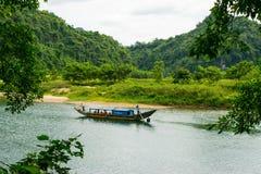 Os barcos de turista, a boca da caverna de Phong Nha com rio subterrâneo, Phong Nha-KE golpeiam o parque nacional, Vietname foto de stock