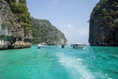 Os barcos de turista com turistas nadam entre as ilhas imagens de stock