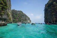 Os barcos de turista com turistas nadam entre as ilhas altas fotos de stock
