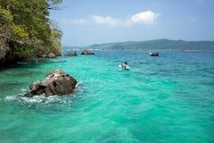Os barcos de turista navegam ao mar, perto da ilha fotografia de stock