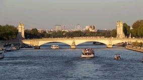 Os barcos de turistas traficam em Seine River - Paris França video estoque