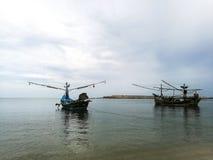 Os barcos do calamar estacionaram diretamente na superfície da água Fotografia de Stock