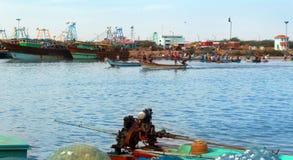 Os barcos do pescador com mercado de peixes imagem de stock royalty free
