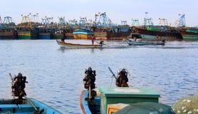 Os barcos do pescador com mercado de peixes imagem de stock