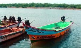 Os barcos do pescador que esperam o pescador com caixa de gelo fotos de stock