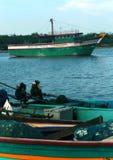 Os barcos do pescador que esperam os pescadores com caixa de gelo foto de stock royalty free