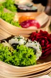 Os barcos do sushi com sushi e decoram Fotos de Stock